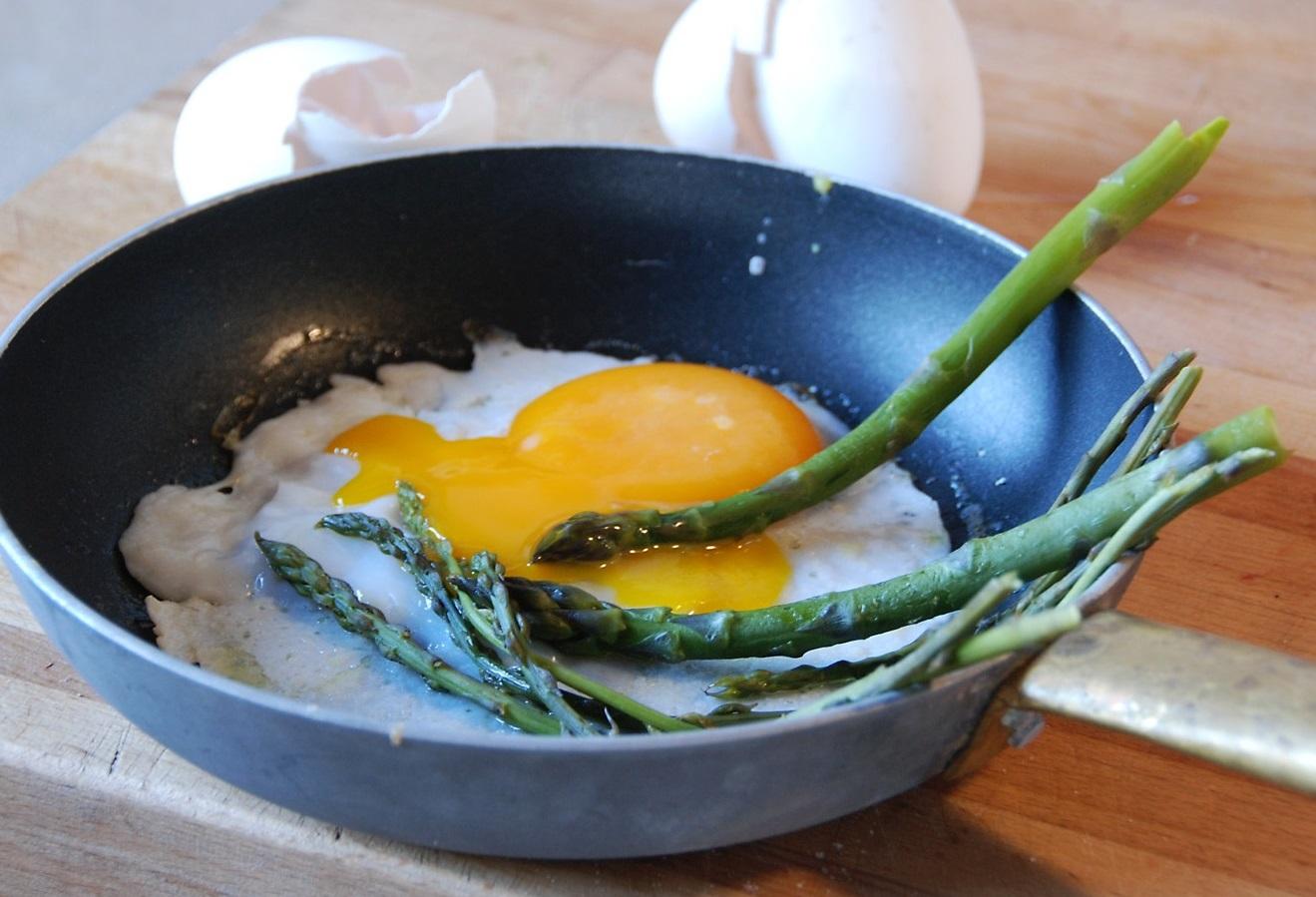 Жареные гусиные яйца со спаржей