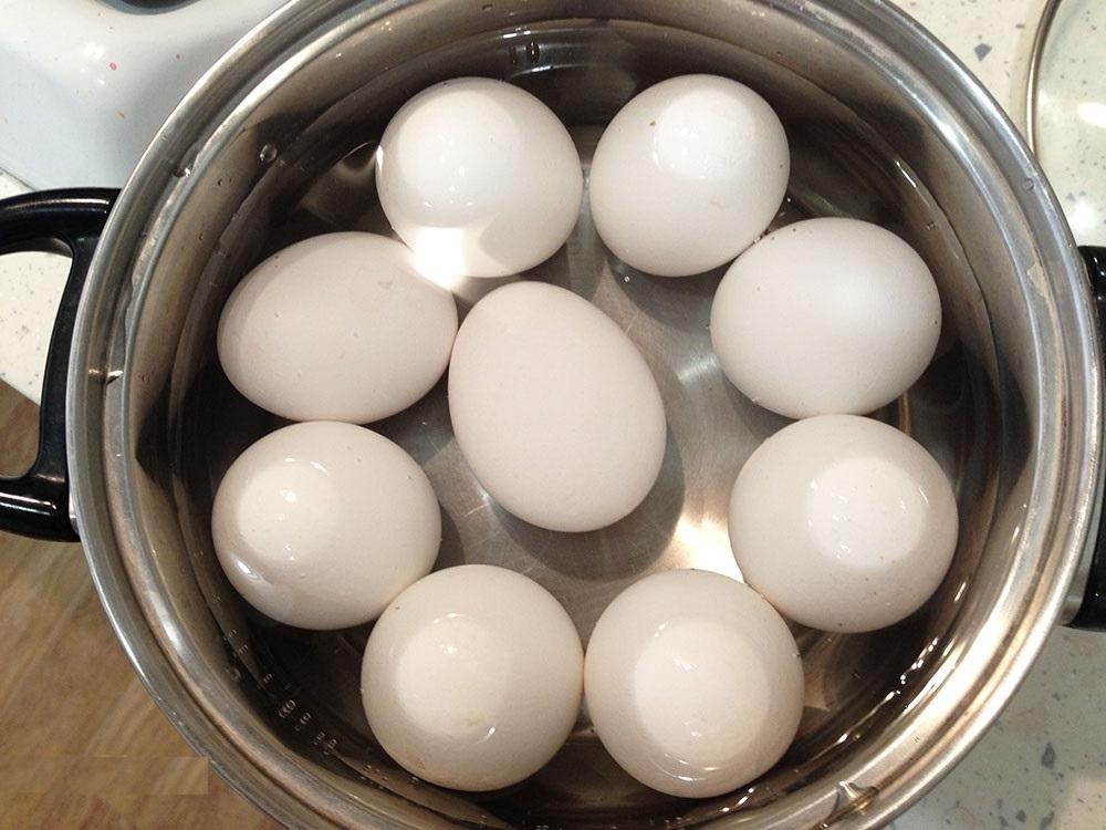 Яйца в горячей воде
