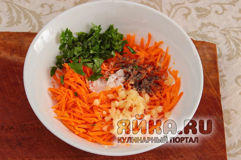 Натираю свежую сочную морковку