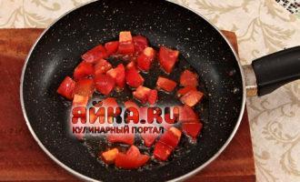 Обжариваем помидоры
