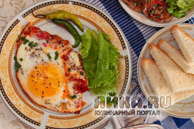 Шакшука — необычная яичница с овощами на сковороде