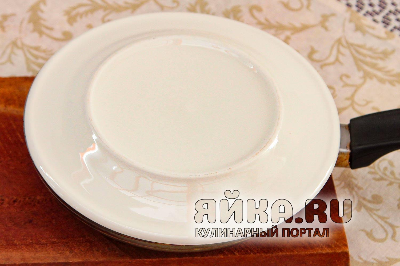 Переворачиваем омлет на тарелку