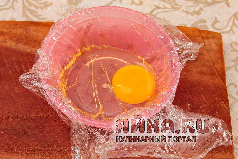 Разбиваем яйцо