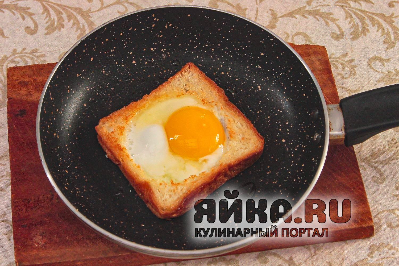 Вливаем яйцо в хлеб